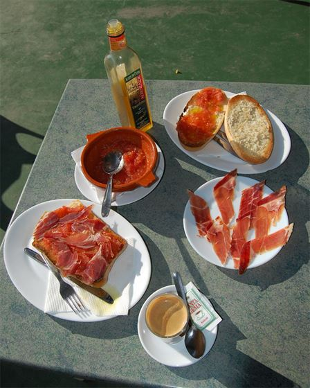 Pan con tomate, aceite y jamón