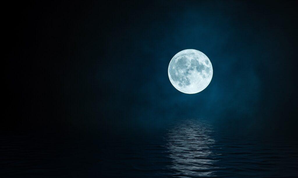 Noche con luna llena